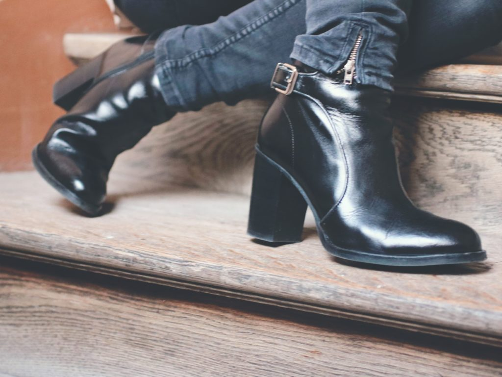 black-boots-and-red-lips2-min