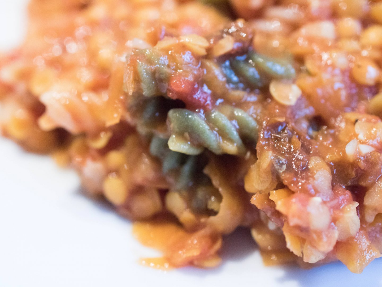 Linsen-Süßkartoffel-Bolognese mit Reisnudeln