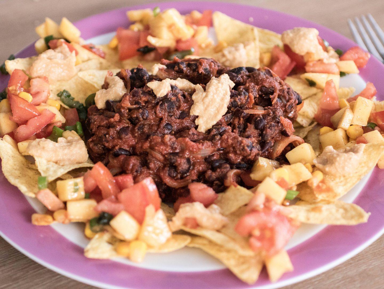 Schwarze Bohnen auf Nachos mit veganem Käsedip