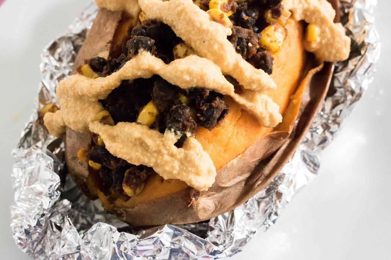 Mexikanisch gefüllte Süßkartoffel mit veganer Käsesoße