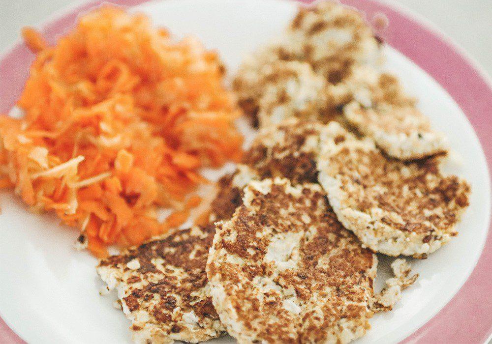 Glutenfreie Blumenkohl Puffer mit Karotten-Apfel Salat